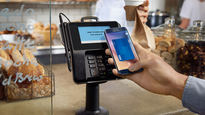 Paying at a bakery with a Samsung phone